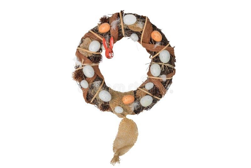 Grinalda do salgueiro da Páscoa com os ovos e o coelhinho da Páscoa de madeira isolados foto de stock