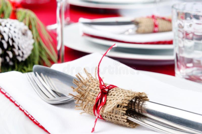 Grinalda feita de agulhas do pinho, decoração do Natal de DIY da tabela do Natal imagem de stock