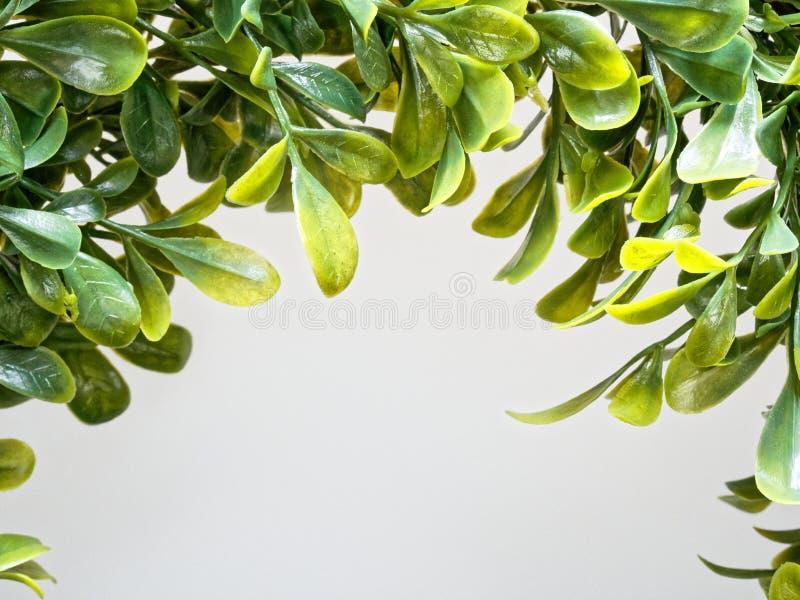 Grinalda ou festão artificial do Natal feita pela folha plástica no fim acima do tiro fotos de stock royalty free
