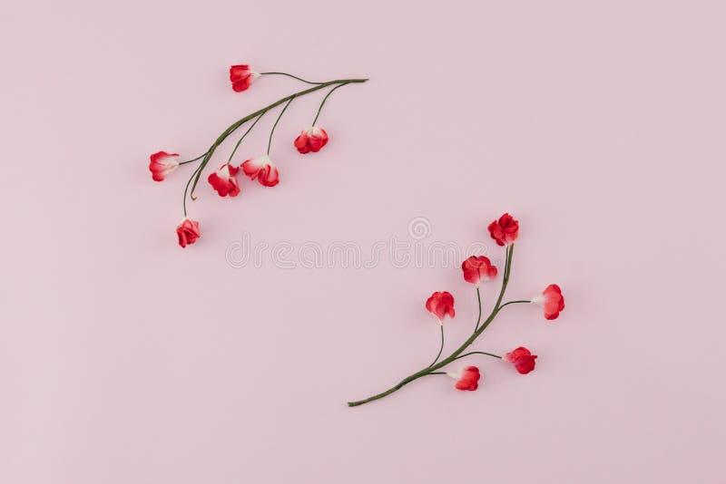 Grinalda redonda feita das flores de papel vermelhas com ramo no rosa fotos de stock