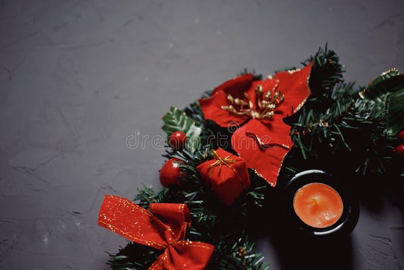 Grinalda, vela e cartão do Natal em um fundo textured escuro foto de stock royalty free