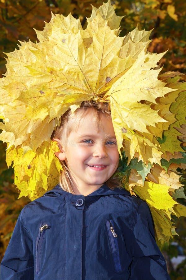 Grinalda vestindo da menina das folhas de outono fotos de stock royalty free