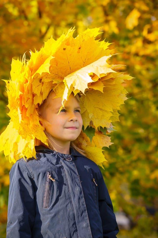 Grinalda vestindo da menina das folhas de outono foto de stock