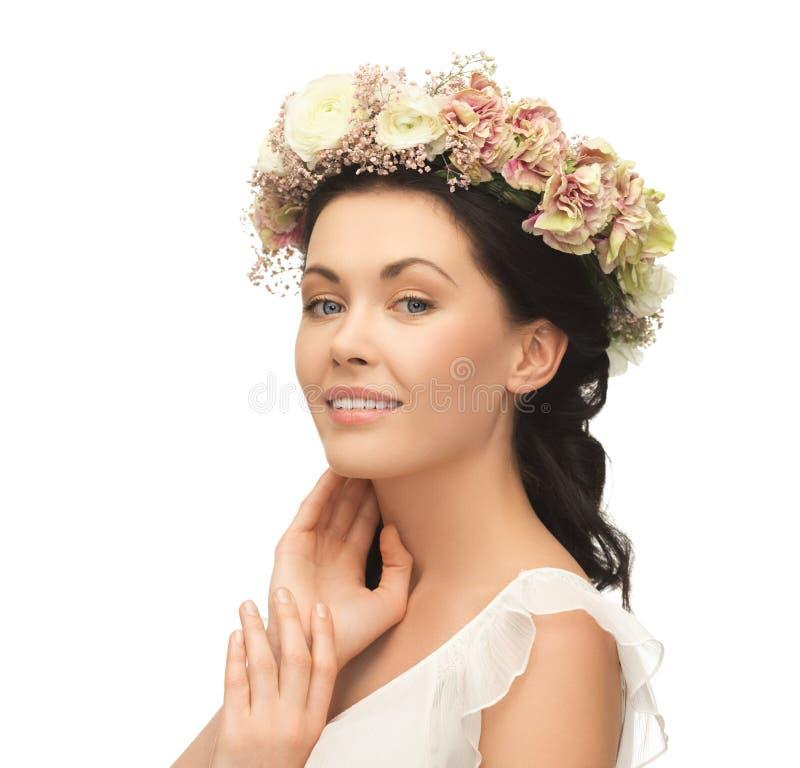 Grinalda vestindo da mulher das flores fotografia de stock royalty free