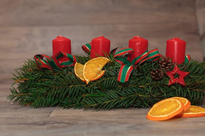 Grinaldas feitos a mão do Natal da produção imagem de stock royalty free