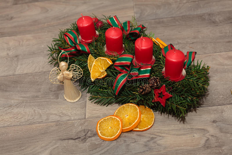 Grinaldas feitos a mão do Natal da produção foto de stock royalty free