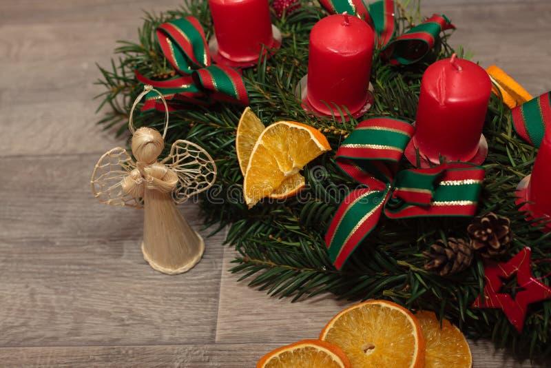 Grinaldas feitos a mão do Natal da produção foto de stock