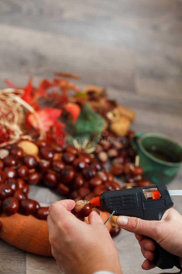 Grinaldas feitos a mão do Natal da produção imagem de stock