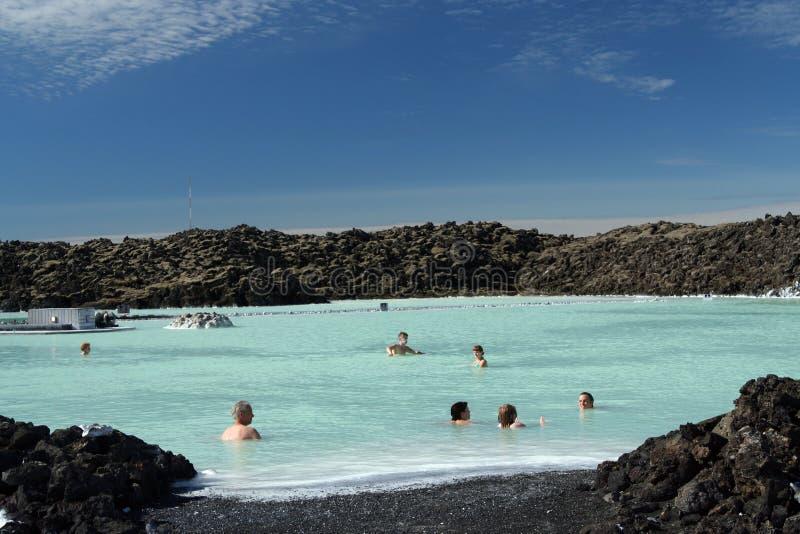 GRINDAVIK BŁĘKITNA laguna ICELAND, LIPIEC, - 27 2008: Ludzie relaksuje w naturalnym gorącym błękitnym basenie zdjęcie royalty free