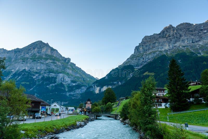Grindelwald - mooi dorp in berglandschap - Zwitserland stock foto's