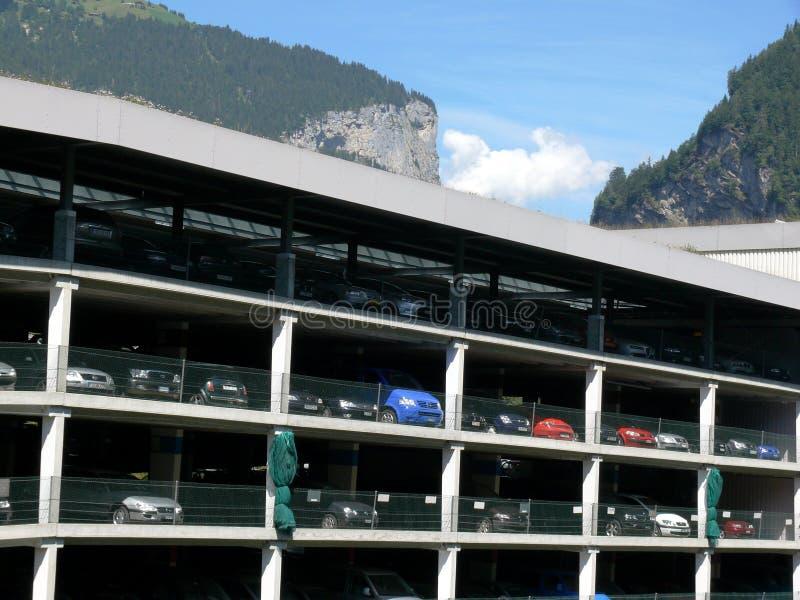 Grindelwald, Svizzera 08/07/2009 Parcheggio per le automobili multipiane fotografie stock