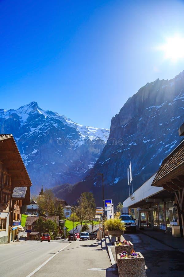Grindelwald van de binnenstad bij de bushalte van Firstbahn royalty-vrije stock foto's