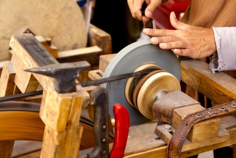 grinderhanden tools det traditionella hjulet arkivfoto