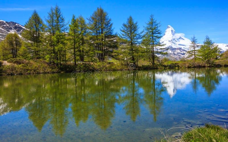 Grindjisee jezioro z Matterhorn odbiciem na wodzie, jeden wierzchołka pięć jezior miejsce przeznaczenia wokoło Matterhorn, Zermat obrazy stock