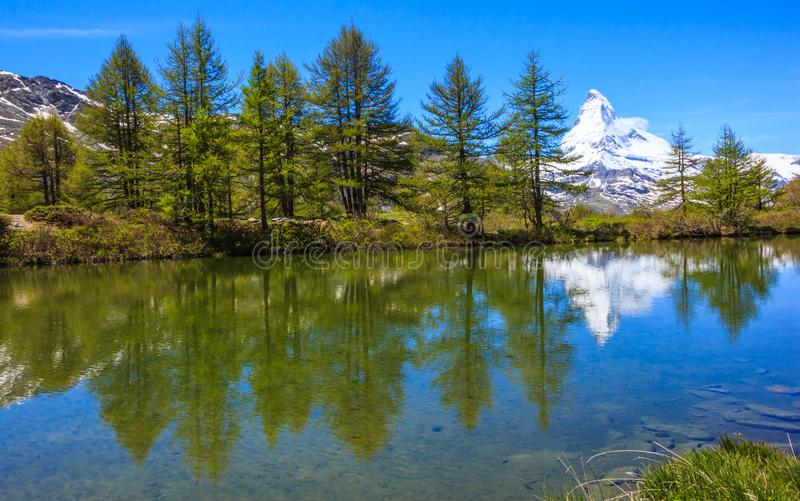 Grindjisee sjö med Matterhorn reflexion på vattnet, en av sjödestinationen för överkant fem runt om Matterhorn, Zermatt, Schweiz arkivbilder