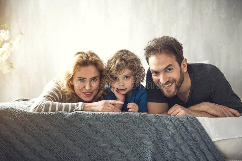 Grinning родители и сын отдыхайте совместно стоковые фотографии rf