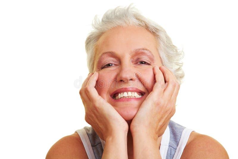 Grinsende ältere Frau stockfotografie