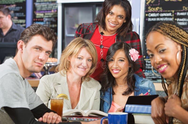 Grinsende Studenten lizenzfreies stockfoto