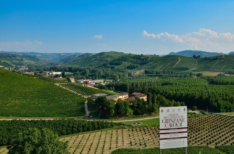 Grinzane Cavour, Piemonte, Italië Juli 2018 Bij de voet van het kasteel rondom hemelse meningen van de wijngaarden stock fotografie