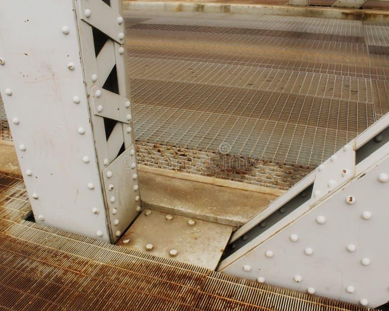 2 gripa in i varandra metallfundamentstrålar av en elevatorbro arkivfoto
