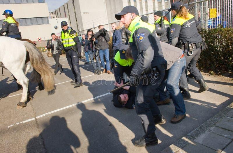 Gripande av poliser royaltyfria bilder
