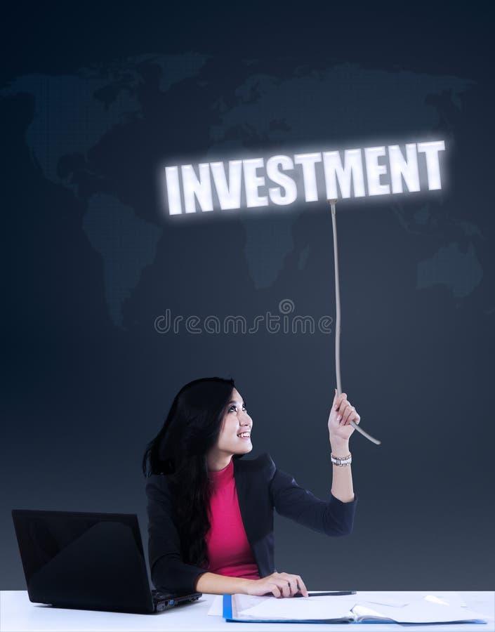 Gripande investering för affärskvinna arkivfoton