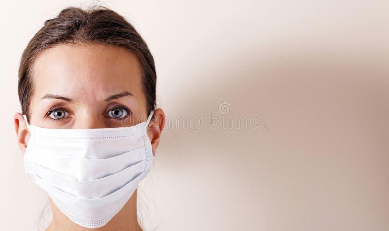 Gripe de la mujer imagen de archivo