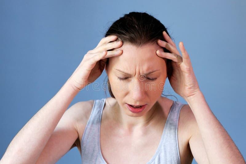 Gripe del frío de la enfermedad del trabajo de la mujer de la jaqueca del dolor de cabeza imagenes de archivo