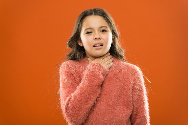 Grippe d'hiver petit enfant de fille Coiffeur pour des enfants mode d'enfant Bonheur d'enfance famille Le jour des enfants Portra images libres de droits