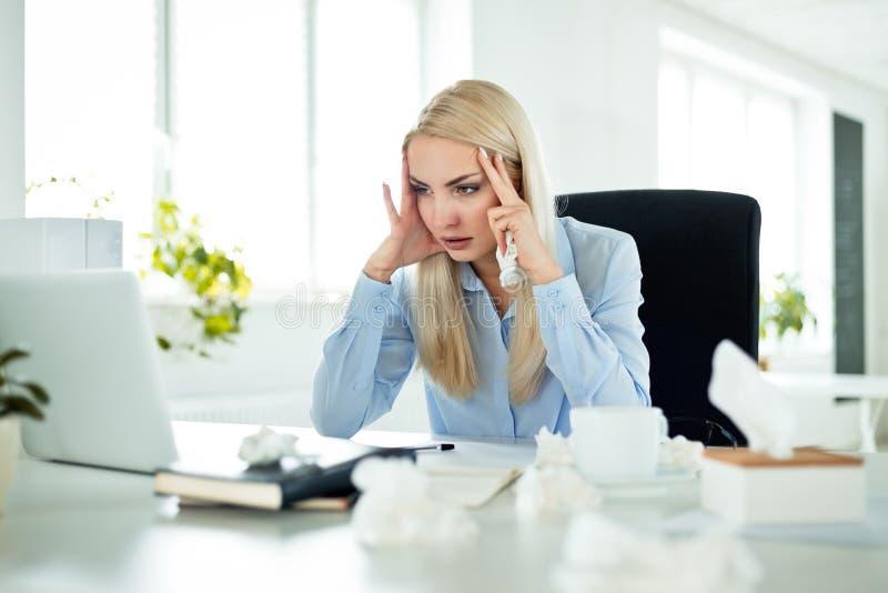 Grippe de souffrance de jeune femme d'affaires au travail photographie stock