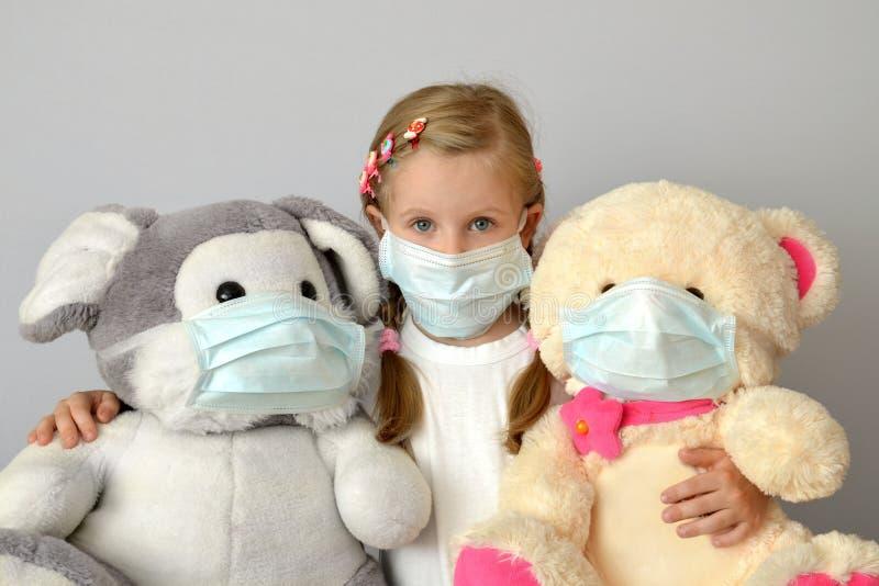Grippemedizin-Kindermedizinische Maske des Kinderkindermädchens epidemisches stockfotos