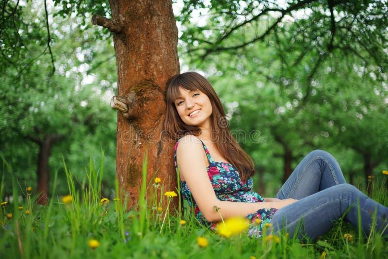 Grirl в парке стоковая фотография