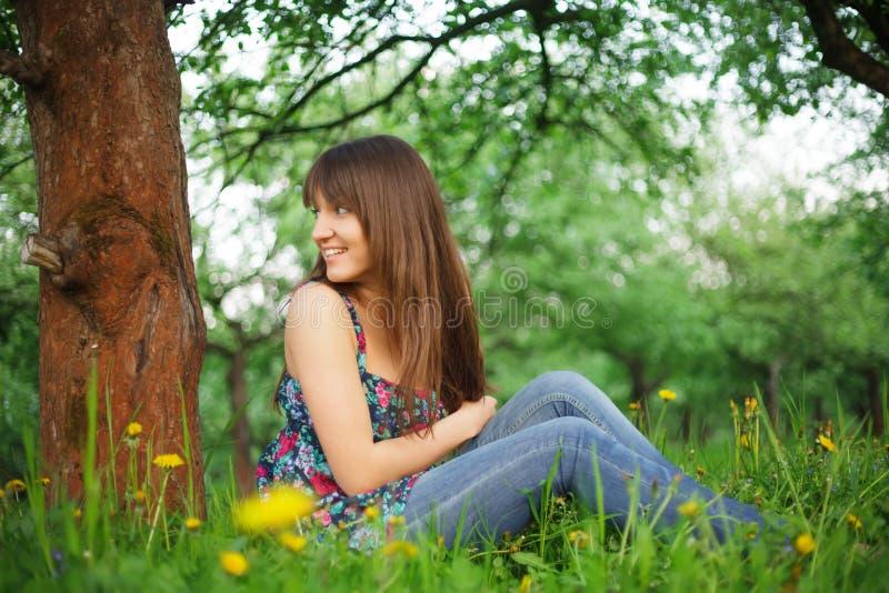 Grirl в парке стоковое изображение rf