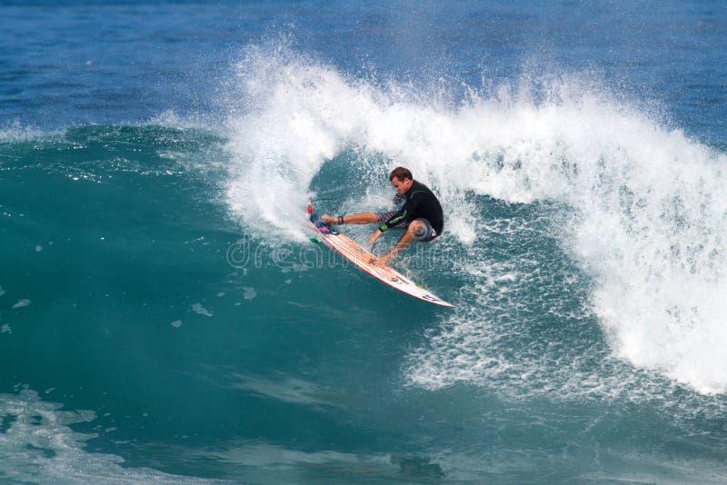 Gris de Alex de California que practica surf en de la pared foto de archivo