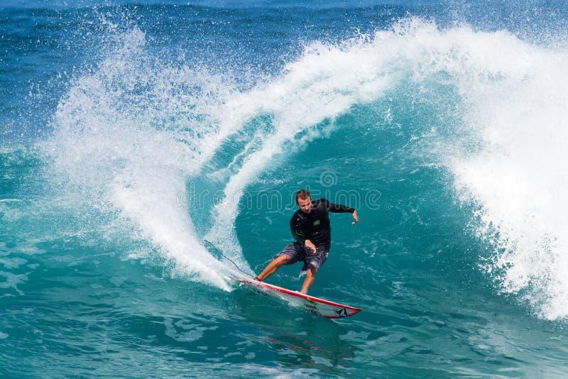 Gris de Alex de California que practica surf en de la pared imagenes de archivo