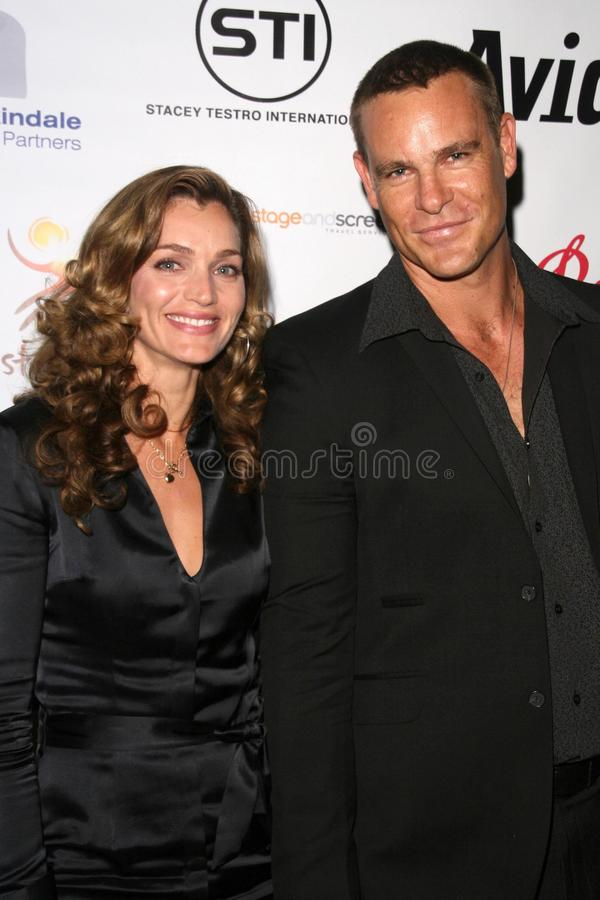 Gris de Vanessa et Aaron Jeffery à la célébration australienne de prix de l'Académie. Château Marmont, Hollywood occidental, CA 90 photographie stock