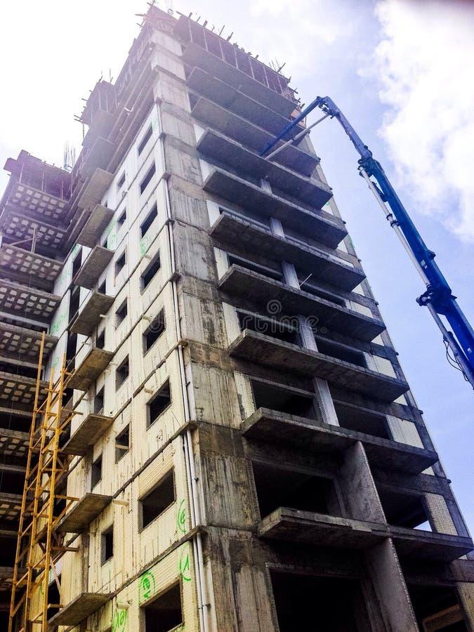 Gris debajo del edificio de la construcción fotos de archivo
