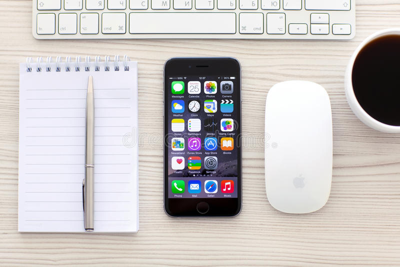 Gris del espacio de IPhone 6 con los apps en la pantalla foto de archivo libre de regalías