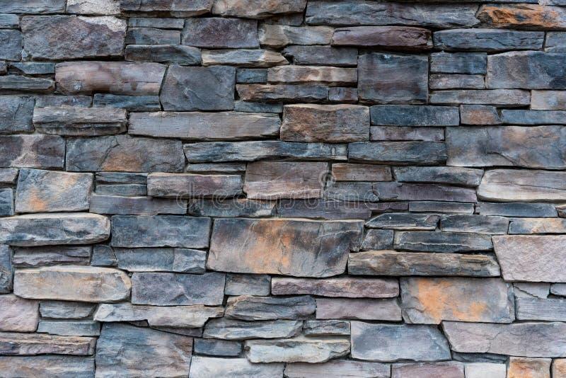 Gris et mur en pierre empilé par Brown image stock