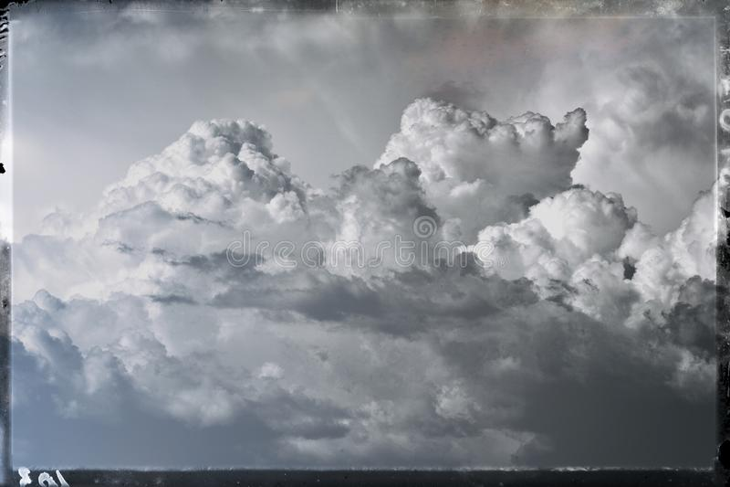 Gris-foncé dangereux dramatique orageux de ciel nuageux photo stock