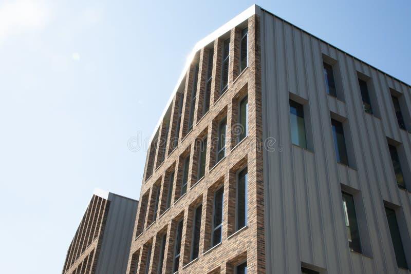 Gris moderne de bâtiment extérieur dans la façade urbaine de rue dans le jour ensoleillé images stock