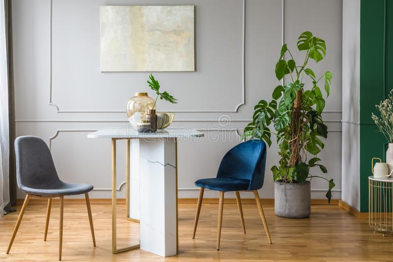 Gris y arreglo azul en sala de estar imagen de archivo