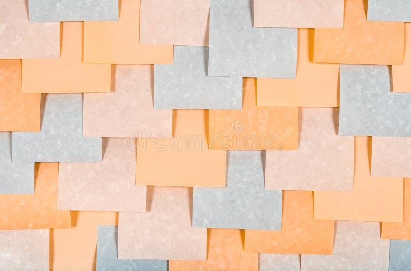 Gris y notas en blanco coloreadas melocotón imágenes de archivo libres de regalías
