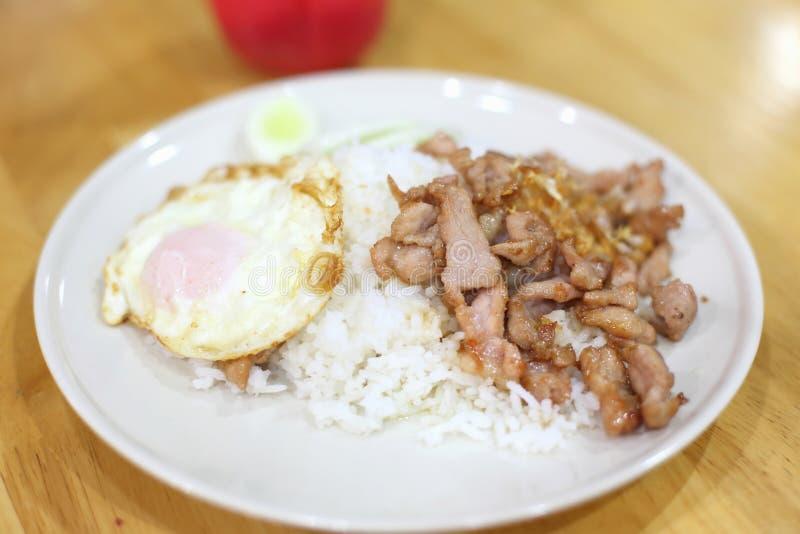 Griskött överträffade stekte ris royaltyfria foton