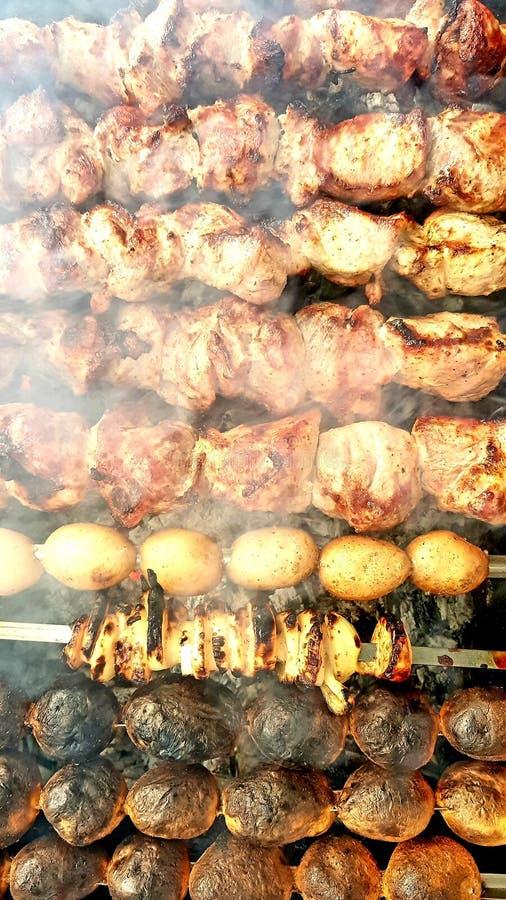 Griskött, lökar och potatissteknålar arkivfoton