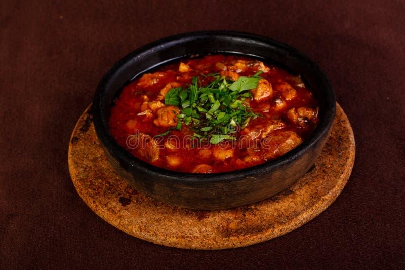 Griskött med tomatsås arkivbild