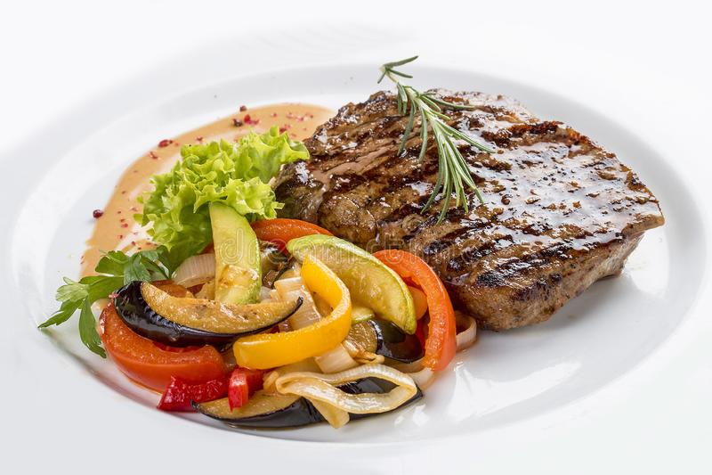 Grisköttbiff med grönsakgarnering fotografering för bildbyråer