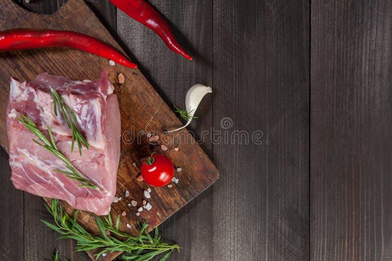 Grisköttbiffar på skärbräda royaltyfria foton