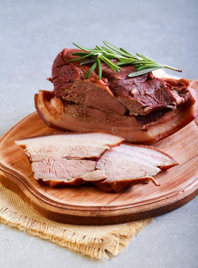 Grisköttbuk med kryddor och rosmarin royaltyfria bilder