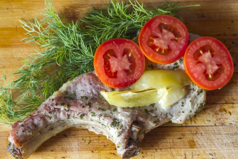 Grisköttkött med örter och kryddor arkivfoton